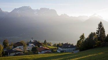 Hoch über dem Drautal blickt man vom Hof direkt auf die Lienzer Dolomiten., © Tirol Werbung/Lisa Hörterer