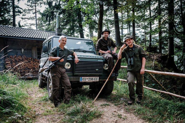 Christian und Lukas Moigg mit ihrem Beikoch Simon vor ihrer Jagdhütte.