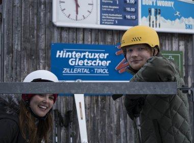 Ed Sheeran und Schauspielerin Zoey Deutch bei den Dreharbeiten am Hintertuxer Gletscher (Foto: Dan Curwin)