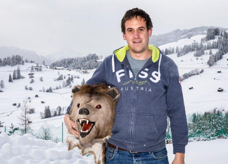 """Im """"normalen"""" Leben ist Markus Schmid in einem Sportfachgeschäft tätig. Am 28. Jänner verwandelt er sich in den Bären.  Foto: Axel Springer"""