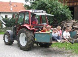 Unterwegs mit dem Traktor im Kinderbauernhof Tunelhof, © Urlaub am Bauernhof