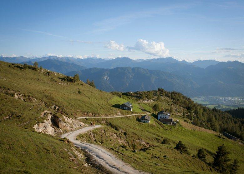Die Almflächen rund um Hundalm und Buchackeralm sind ein famoser Aussichtsbalkon über dem Inntal.