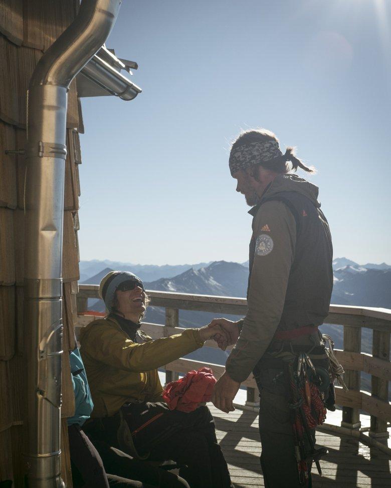 Bergführer Matthias Wurzer (r.) begrüßt einen Freund auf der Adlersruh am Großglockner.