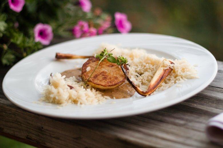 Das Rettichschnitzel ist eine der vielen veganen Spezialitäten im Restaurant des Biohotels Grafenast Foto: Biohotel Grafenast