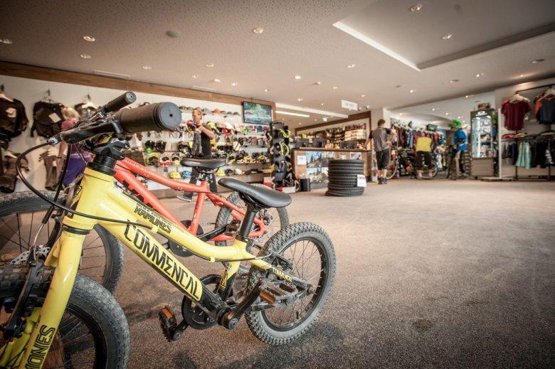 Im Bikeshop des Bikeparks stehen auch Downhill-Bikes für Kinder zum Verleih bereit.