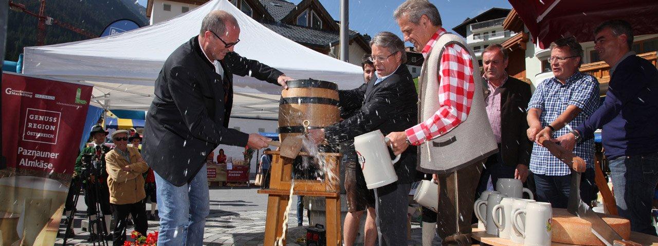 O'zapft is! Beim Paznauner Markttag wird das Bierfass angestochen, © TVB Paznaun-Ischgl