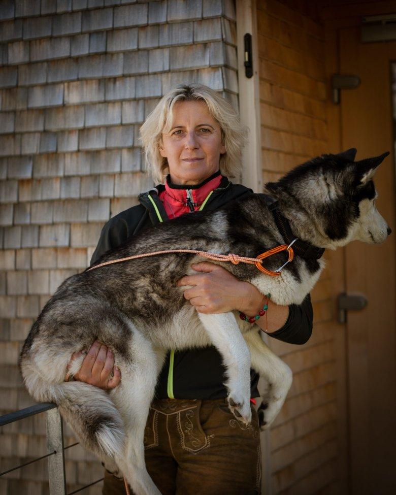 Katharina Daum war 27 Jahre alt und alleinerziehende Mutter, als sie zum ersten Mal eine Hütte übernahm. Heute, 23 Jahre später, sind Katharina und ihr mittlerweile 30-jähriger Sohn Manuel gemeinsam mit Husky Snowy immer noch ein eingeschworenes Team und führen die Olperer Hütte im Zillertal.