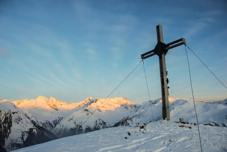 Die letzten Sonnenstrahlen berühren die hohen Zillertaler Gipfel