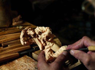 Figurenschnitzen: Etliche Arbeitsstunden sind nötig, bis jede Lockesitzt. , © Adventmarkt Seefeld