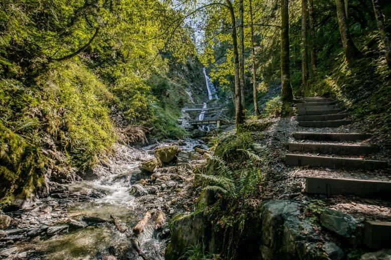 Zum Eifersbacher Wasserfall führt ein schmaler Weg immer steiler hinauf. , © TVB Kitzbüheler Alpen - St. Johann