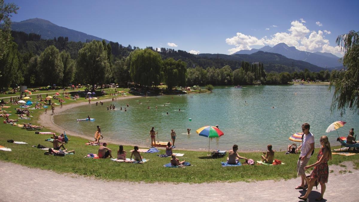 Es muss nicht immer ein Kurzurlaub im Süden sein. Ein so erlebnisreicher wie kostengünstiger Sommersonnentag am Baggersee genügt vollauf, damit Alt und Jung auf ihre Rechnung kommen., © Innsbruck Tourismus