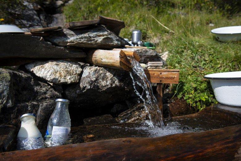 Der Brunnen dient auch als Kühlschrank.