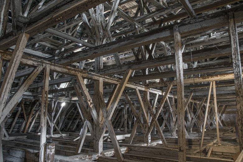 Dieser Dachstuhl trägt 15.000 Kupferschindeln mit 58 Tonnen Gewicht