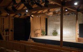 Ein alte Scheune als Theater-Location. Foto: Bert Heinzlmeier