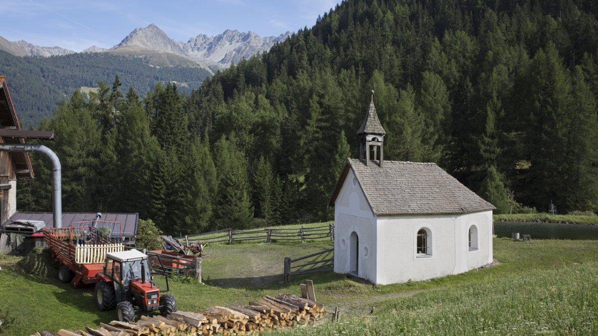 Die Kapelle am Hof ist von 1690 und beherbergt einen noch viel älteren Hochaltar., © Tirol Werbung/Lisa Hörterer
