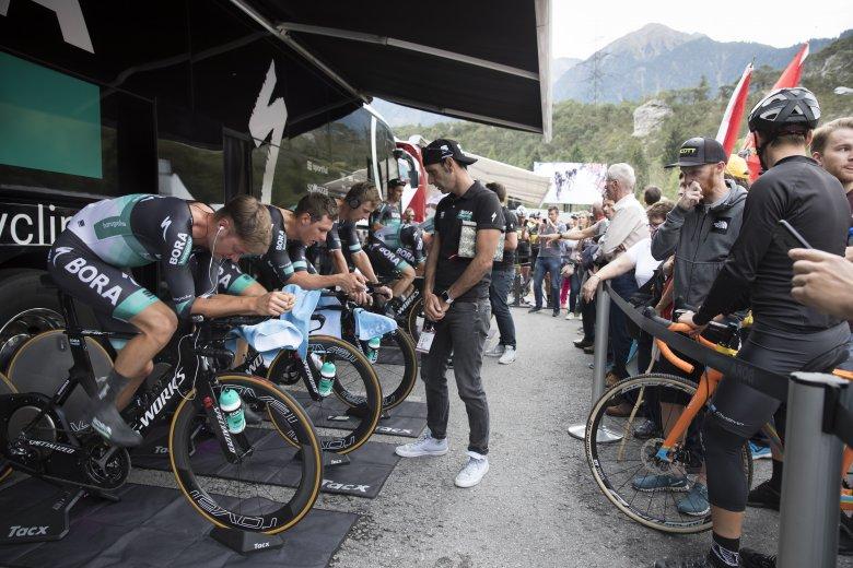 Das Team Bora wärmt sich fürs Mannschaftszeitfahren auf.