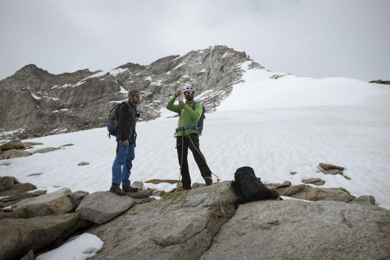 Bernhard seilt uns an. Im Hintergrund zu sehen: Der Gipfelgrat.