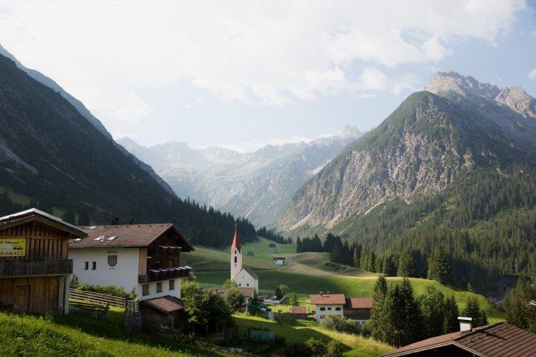 Wie aus einem Bilderbuch liegt das romantische Bergbauerndorf Gramais inmitten von grünen Wiesen und der steil heraufragenden Bergflanken der Lechtaler Alpen.
