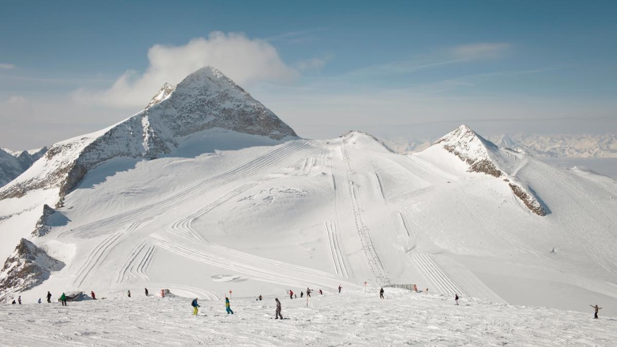 Der 3.476 Meter hohe Olperer hat eine auffällige Pyramidenform. An seiner Nordflanke vergnügen sich Skifahrer ganzjährig am Hintertuxer Gletscher., © Tirol Werbung/Regina Recht