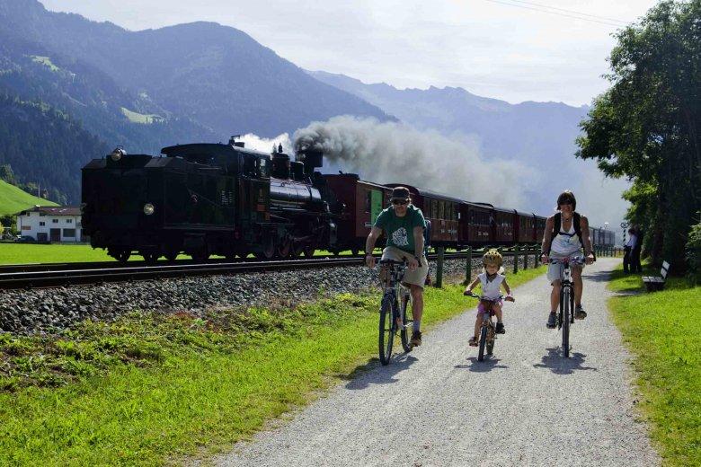Eine ideale Kombination: Radwandern entlang des Zillertal Radwegs und die Hälfte der Strecke mit der Zillertalbahn fahren. Ideal für Familien. (Foto: Zillertal Tourismus, Florian Schneider)