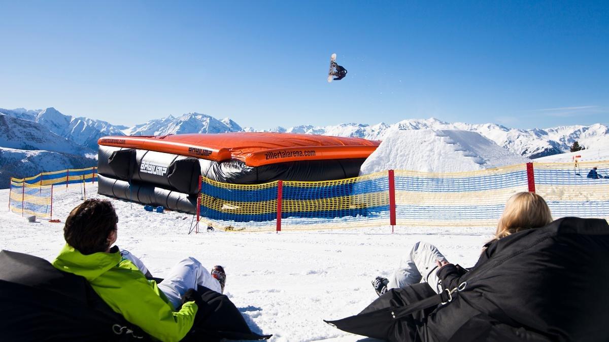 Der Bagjump im Actionpark Kreuzwiese verspricht Freeridern auf Skiern eine Landung wie auf samtigen Wolken., © Zillertal Arena - Zell-Gerlos