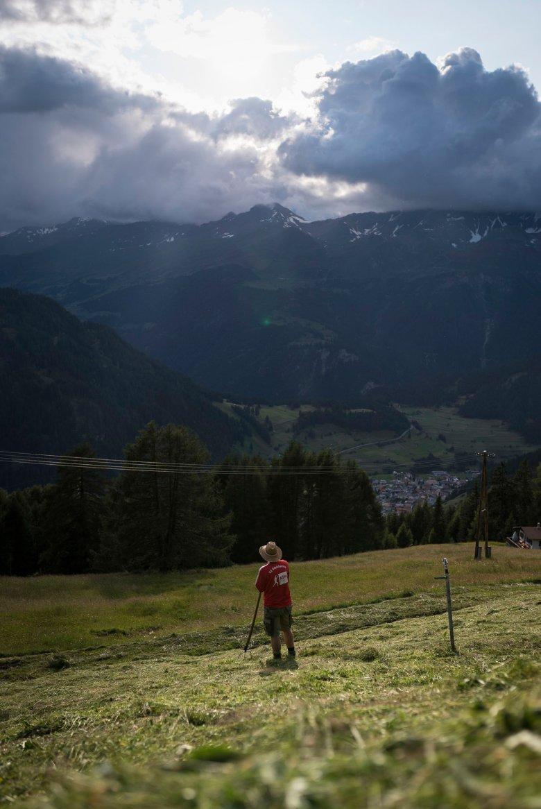 Ein banger Blick in den Himmel. Für viele Tiroler Landwirte ist die Wetter-Entwicklung von existentieller Bedeutung. Foto: Tirol Werbung/Sebastian Höhn