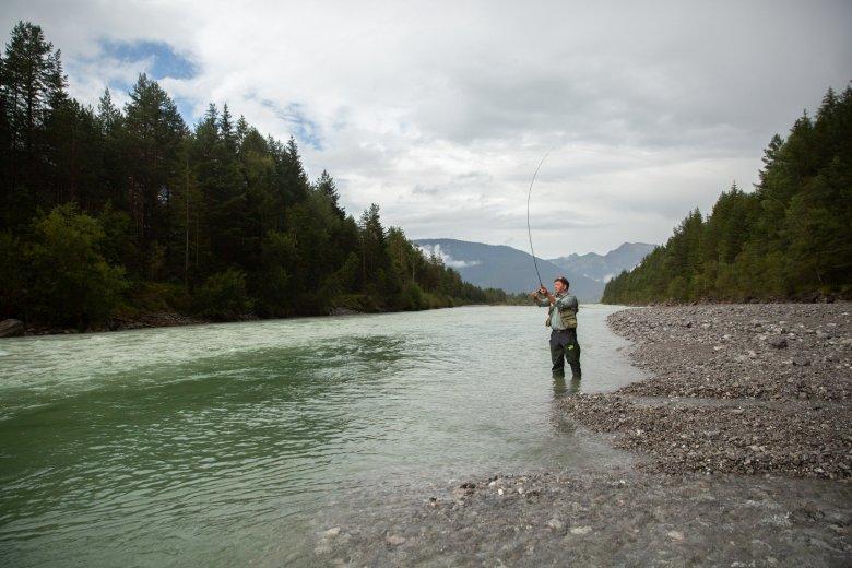 Mit einer präzisen aber geschmeidigen Bewegung schnalzt Hanspeter Außerhofer die Flugschnur über den Fluss.