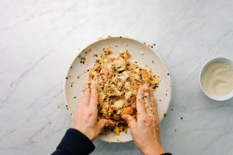 Schritt 3: Die Zutaten gut mit der Hand vermischen. Nach kurzer Zeit die Semmelbrösel zur Masse geben und ebenfalls vermischen.