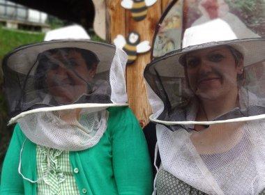Evi(l)und Heidi(re) mit Imkerschleier