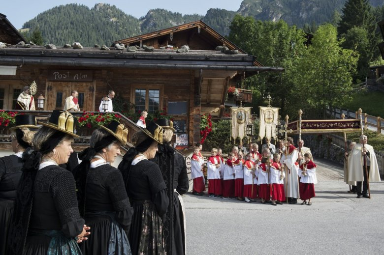 Prozession in Alpbach vor der Postalm.