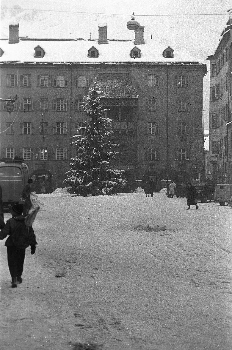 Christbaum vor dem Goldenen Dachl, 1951. Bildquelle: Stadtarchiv Innsbruck