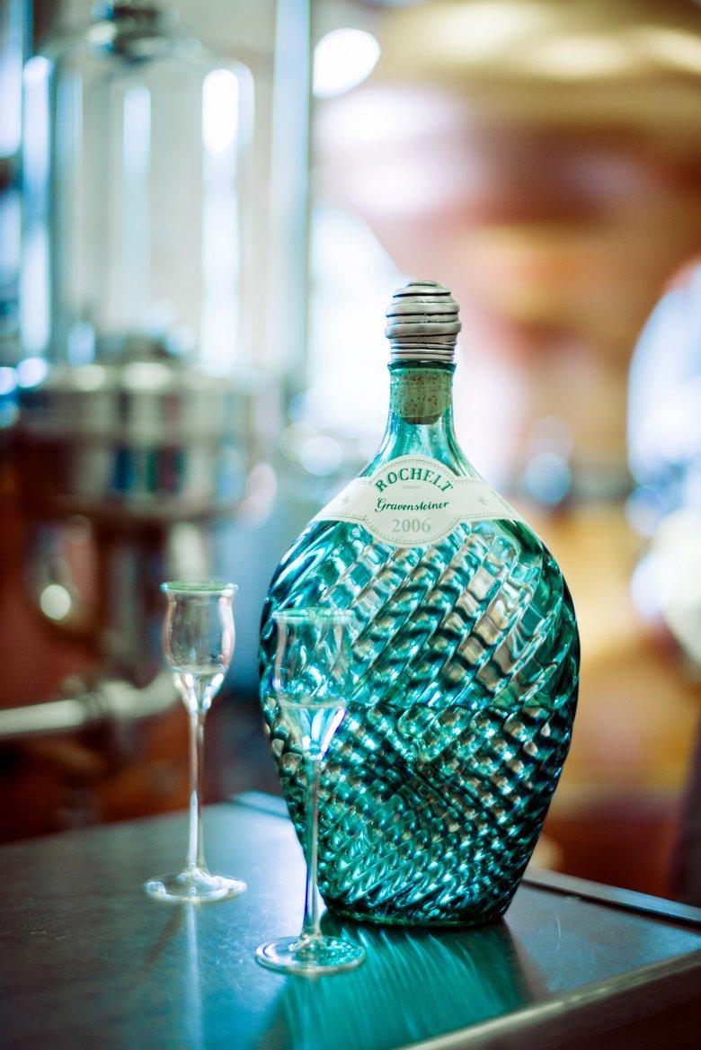 Unverwechselbar. Nicht nur der Geschmack, sondern auch die Verpackung: die für Rochelt typische grüne Zangenflasche. Foto: Tiroler Schnapsbrennerei Rochelt
