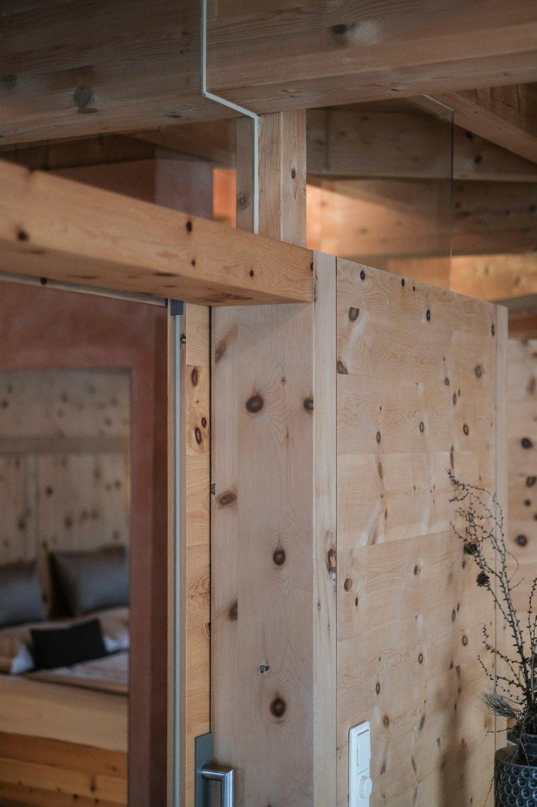 Die Massivholz-Bauweise kommt ohne Schrauben und Leim aus.