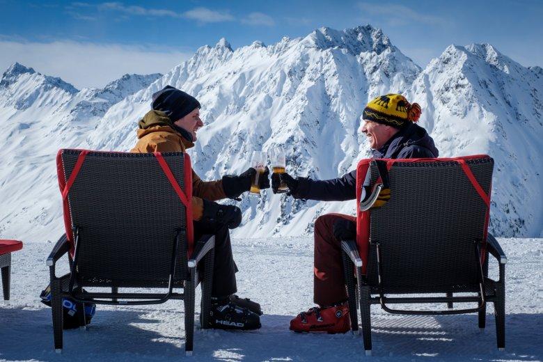 Ein Drink im Alpenhaus. , © 2020 Twentieth Century Fox Film Corporation, Photo by Jaap Buitendijk