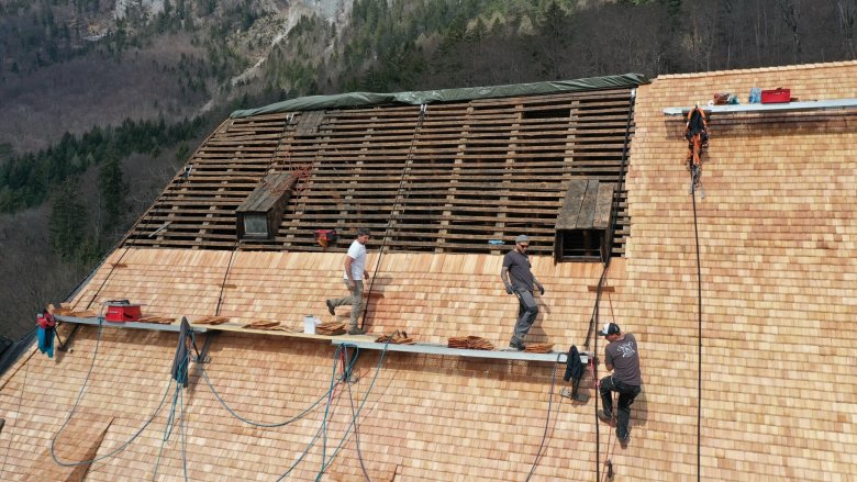 Arbeit in luftiger Höhe: Das Dach von Schloss Tratzberg ist 5.000 qm groß und wurde kürzlich mit Schindeln neu gedeckt. Foto: Familienstiftung Schloss Tratzberg