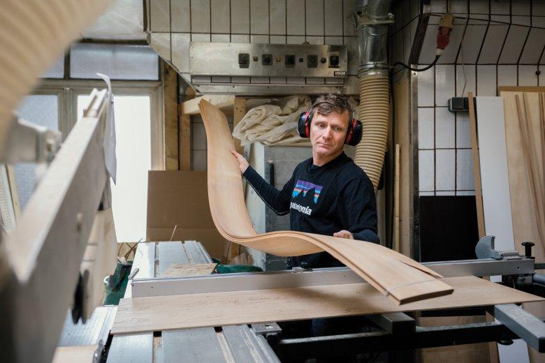 Holzkerne aus Esche stehen am Anfang der Produktion.