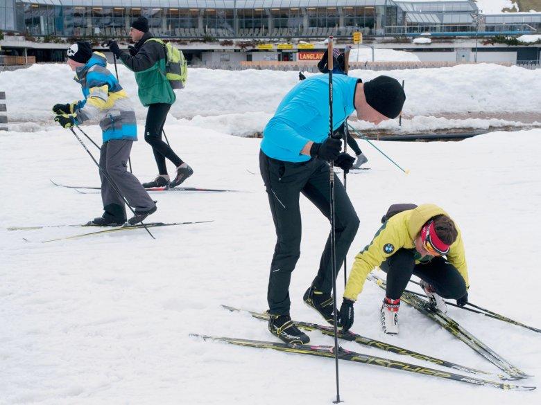 Bindungsangst? Schon das Anschnallen der Skier erweist sich als Herausforderung.