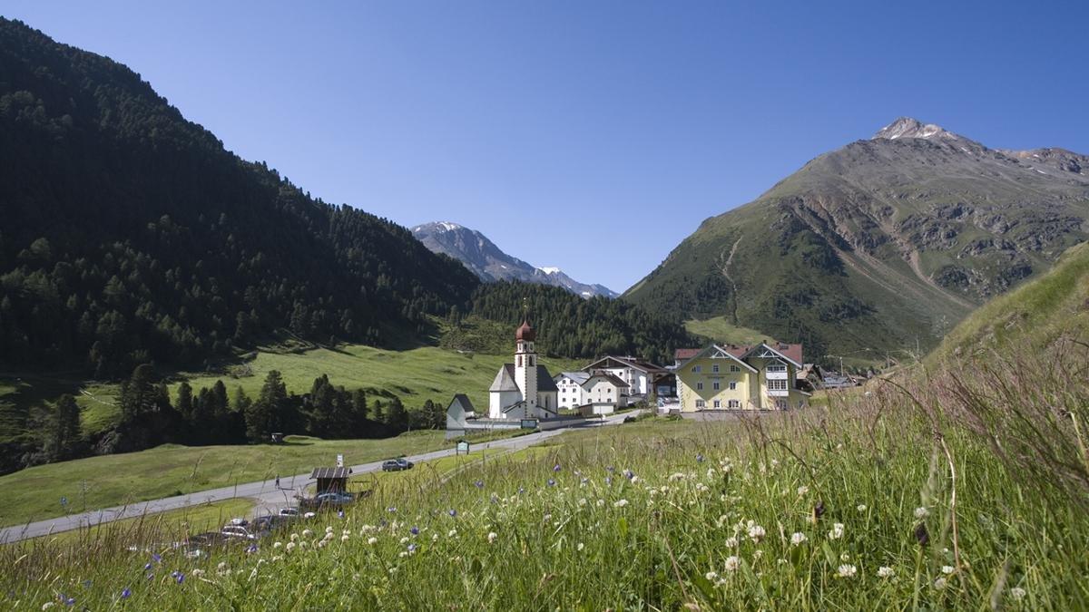 Auch wer sich im Urlaub auf sich selbst zurückziehen will und im Gebirge Ruhe sucht, wird in Sölden fündig. Der beschauliche Weiler Vent auf fast 1.900 Metern Seehöhe ist als Bergsteigerdorf bekannt., © Ötztal Tourismus/Bernd Ritschel