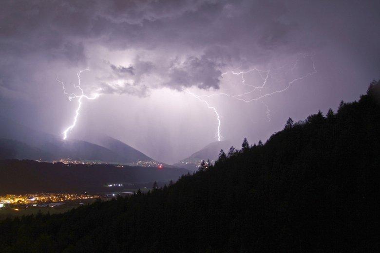 Kurzfristige und punktuelle Wettereignisse wie dieses Gewitter im Sellrain sind mit HIlfe von Bauernregeln kaum vorhersehbar. Foto: Tirol Werbung / Patrick Centurioni