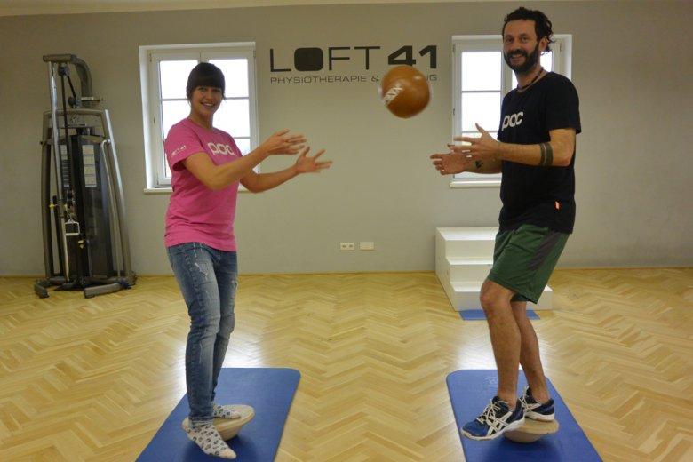 Die Physiotherapeutin Bettina Sandner und ihr Kollege Florian Gastl erklären euch, was eine Super-Serie ist, wie viele Intervalle sie beim Training empfehlen und ganz generell, was uns präventives funktionelles Training bringt.