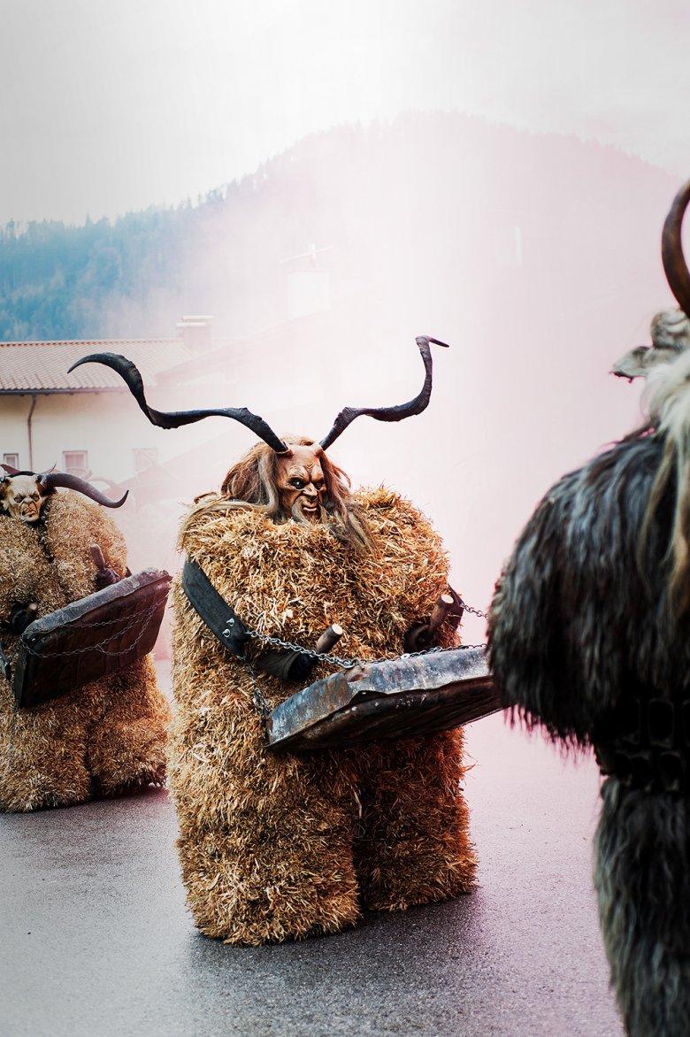 Beim Perchtenumzug im Tiroler Unterland werden derÜberlieferung nach die bösen Geister des Winters vertrieben. Foto: Lea Neuhauser