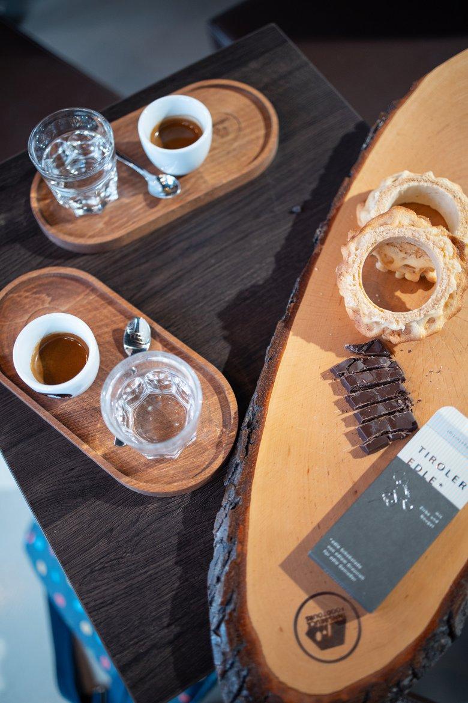Eine Kleinigkeit hat immer noch Platz: Prügeltorte, Tiroler Edle und Coffekult-Espresso.