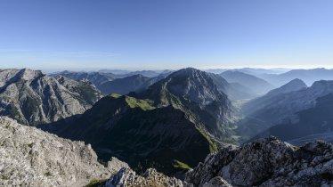 Blick von der Lamsenspitze auf Falzturntal (rechts) und Sonnjoch, © Tirol Werbung/Wolfgang Ehn