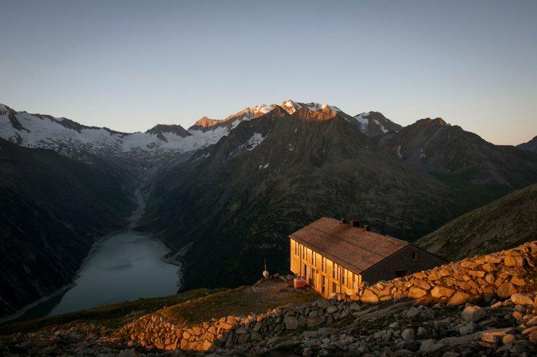 Die Olperer Hütte hoch über dem Schlegeisspeicher.