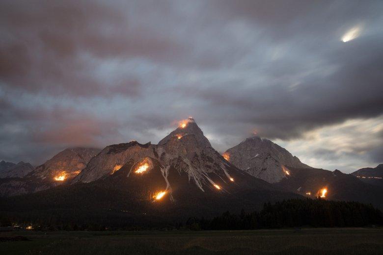 Die UNESCO hat die Bergfeuer in der Tiroler Zugspitz Arena sogar zum immateriellen Kulturerbe Österreichs erklärt. Foto: Tirol Werbung / Soulas Oliver