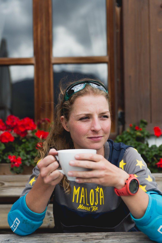 Vreni beim Kaffeplausch auf der Alm.