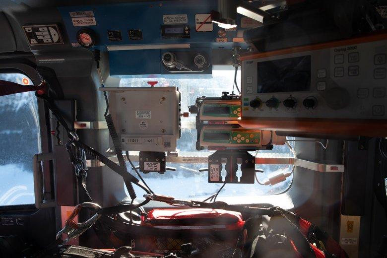 Medizinisches Gerät im Rettungshubschrauber.