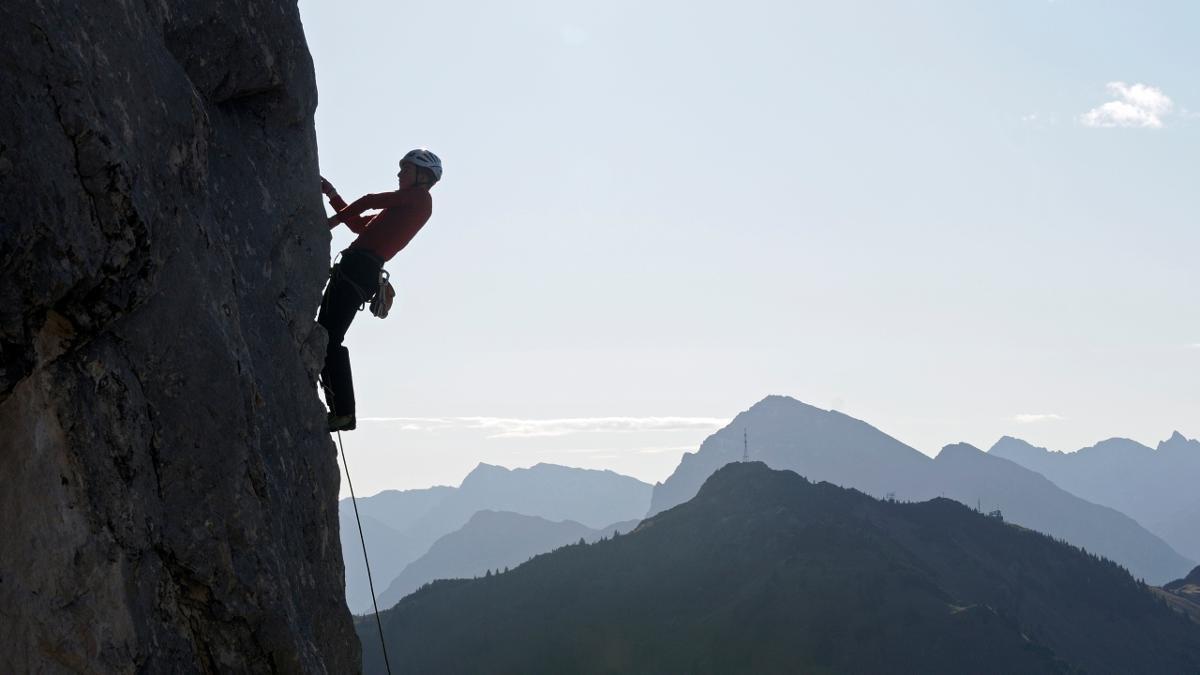 Die Rote Flüh hat ihren Namen von roten Kalkeinsprengseln, die sie bei Sonnenuntergang erglühen lassen. Der 2.108 Meter hohe Berg ist von zahlreichen Kletterrouten bis zum neunten Schwierigkeitsgrad durchzogen., © Tannheimer Tal