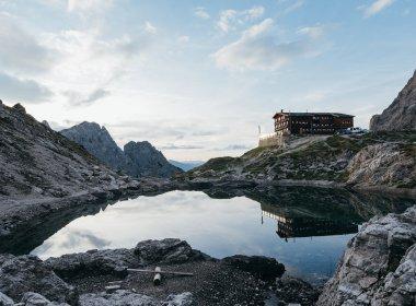 Die Karlsbader Hütte am Laserzsee. Foto: Alpin Plattform Lienz / Sam Strauss Fotografie.