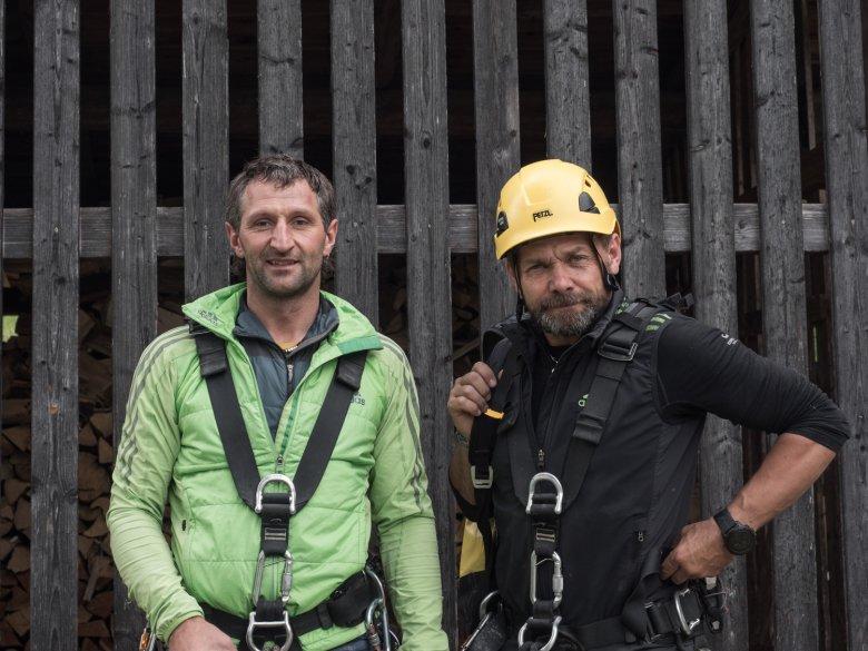 Ewald Holzknecht und Alex Riml richten den neuen Klettersteig am Piburger See ein